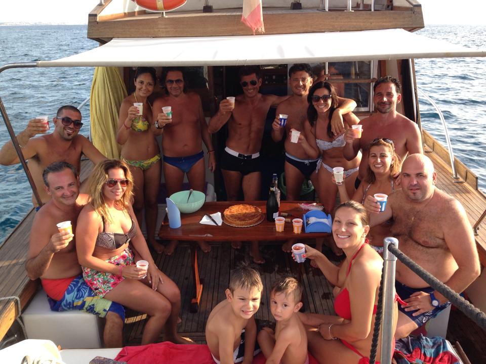 Ospiti si godono il mare con un aperitivo in barca a Gallipoli