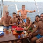 Mangiare frutta in barca a Gallipoli