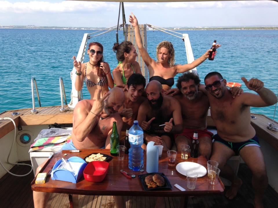 Aperitivo tra amici in barca a Gallipoli