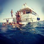 Bagno al largo durante un'escursione in barca a Gallipoli