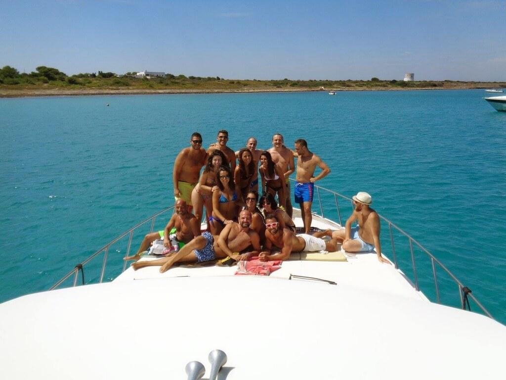 Comitiva di amici in crociera su yacht a Gallipoli