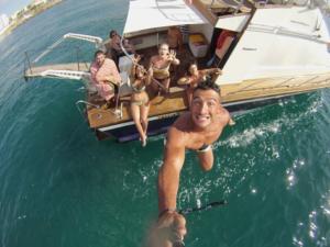 Bagni al largo durante un'escursione in barca a Gallipoli