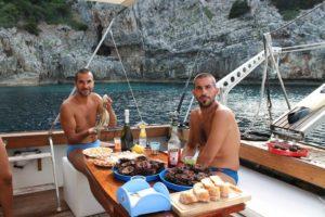 Mangiare pesce in barca a Gallipoli