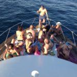 ospiti prendono il sole durante un'escursione in barca a Gallipoli