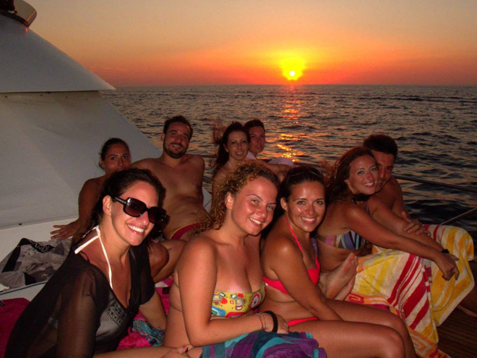 Ospiti si godono il tramonto durante un'escursione in barca a Gallipoli